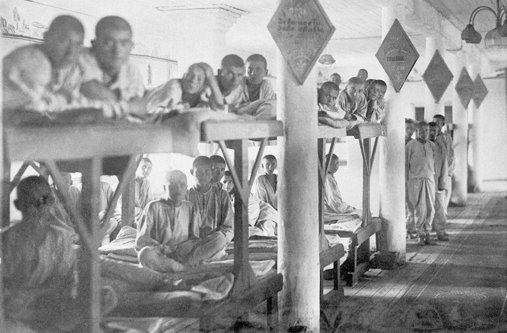 "Junge Häftlinge im Lager Molotowsk (Sewerodwinsk) im Jahr 1944 – Szene aus der Dokumentation ""Gulag"". Foto: dpa/Tomasz Kizny"
