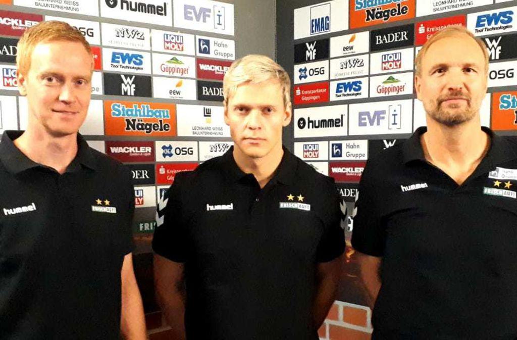 Janus Smarason, der neue Mittelmann von Frisch Auf Göppingen  ab der Saison 2020,  wird von Trainer Hartmut Mayerhoffer (re.) und dem Sportlichen Leiter Christian Schöne in die Mitte genommen. Foto: