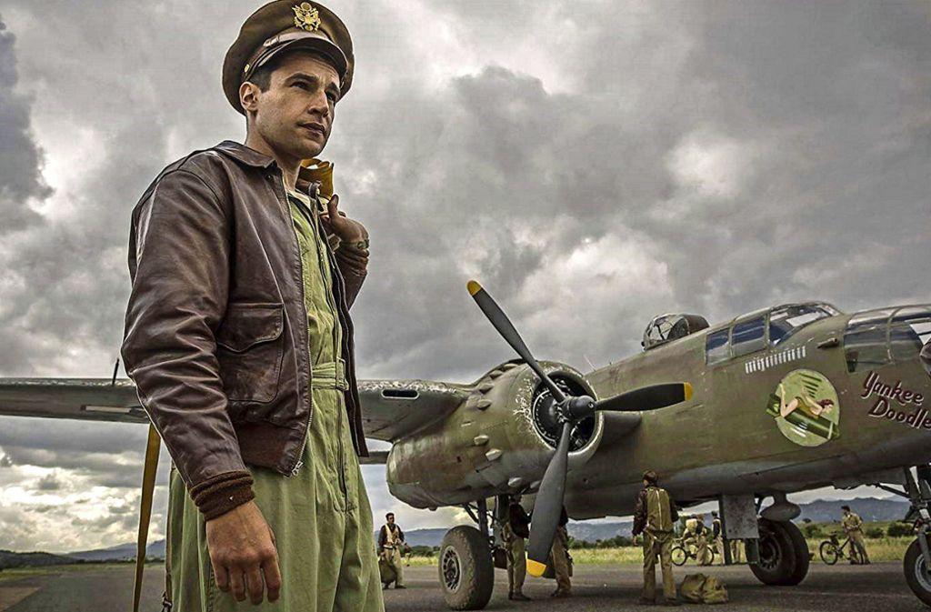Der Bombenschütze Yossarian (Christopher Abbott) will unbedingt am Boden bleiben und überleben. Foto: Hulu/Philipe Antonello