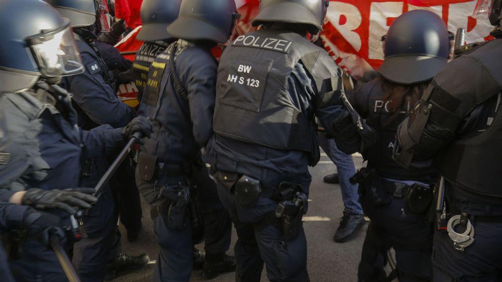 Rangeleien zwischen Polizei und Demonstranten in Stuttgart