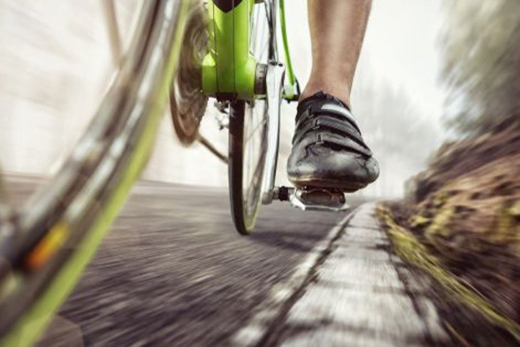 Einen Schritt voraus: Steife Fahrradschuhe? Das muss nicht sein. Stattdessen kommen Modelle auf den Markt, die sich beim Gehen abrollen lassen. Sneaker trifft hier quasi auf Radschuh. Radfahrer müssen so nicht ständig ihre Schuhe wechseln, wenn sie nach Tour oder Training etwa noch eine kleine Sightseeingtour zu Fuß unternehmen wollen. Foto: Shutterstock/photoschmidt