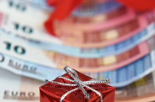 Weihnachtsgeld vorzeitig auszahlen? Handelsverband zurückhaltend