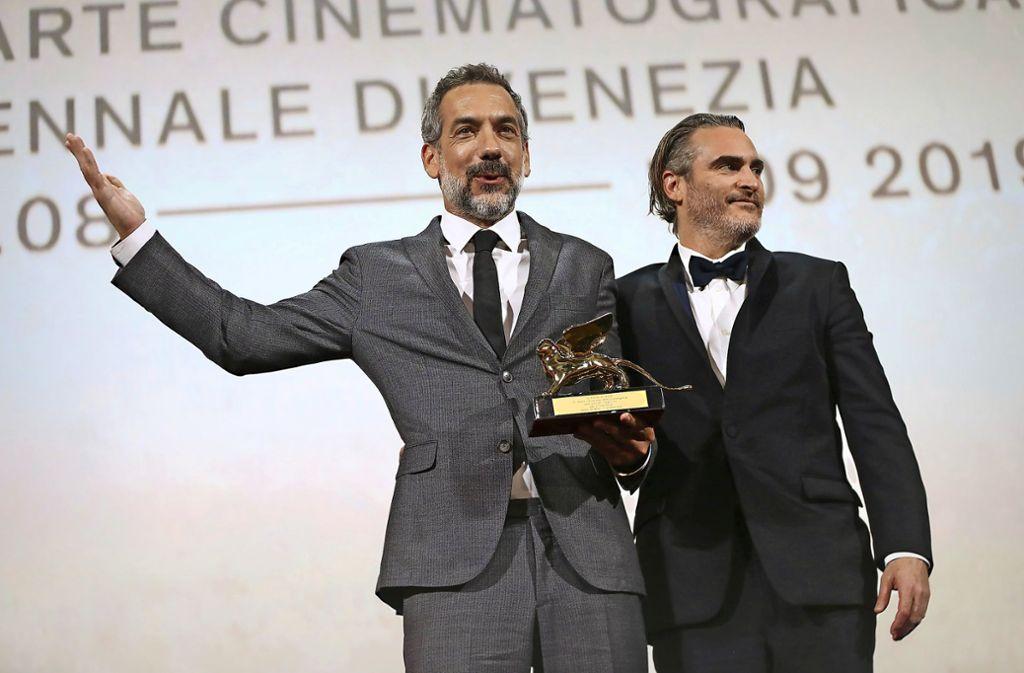"Der Goldene Löwe geht an den Psychothriller ""Joker"": Regisseur Todd Phillips mit Hauptdarsteller Joaquin Phoenix (rechts). Foto: dpa"