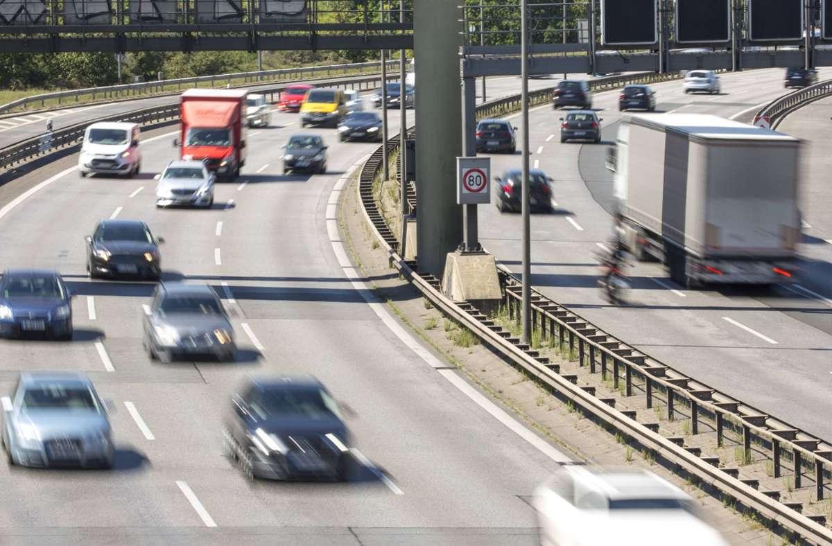 Offenbar blockierten die zehn Autos den rechten und mittleren Fahrstreifen. (Symbolbild) Foto: imago images/Dirk Sattler