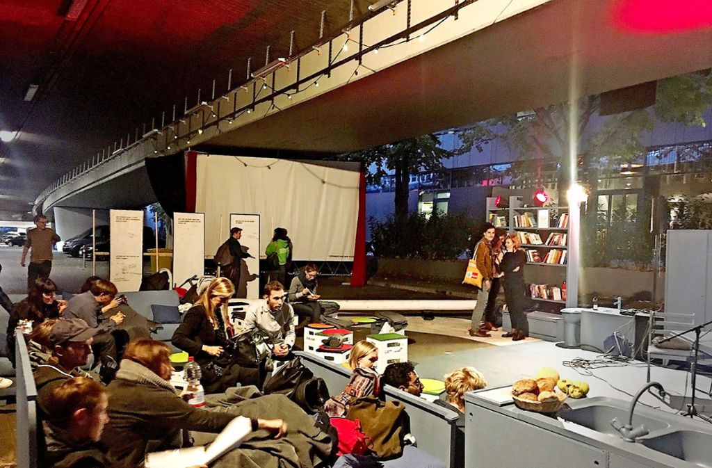 Wohnzimmer unter der Brücke: Die Veranstaltungen unter der Paulinenbrücke locken vor allem ein junges Publikum an. Foto: Nina Ayerle