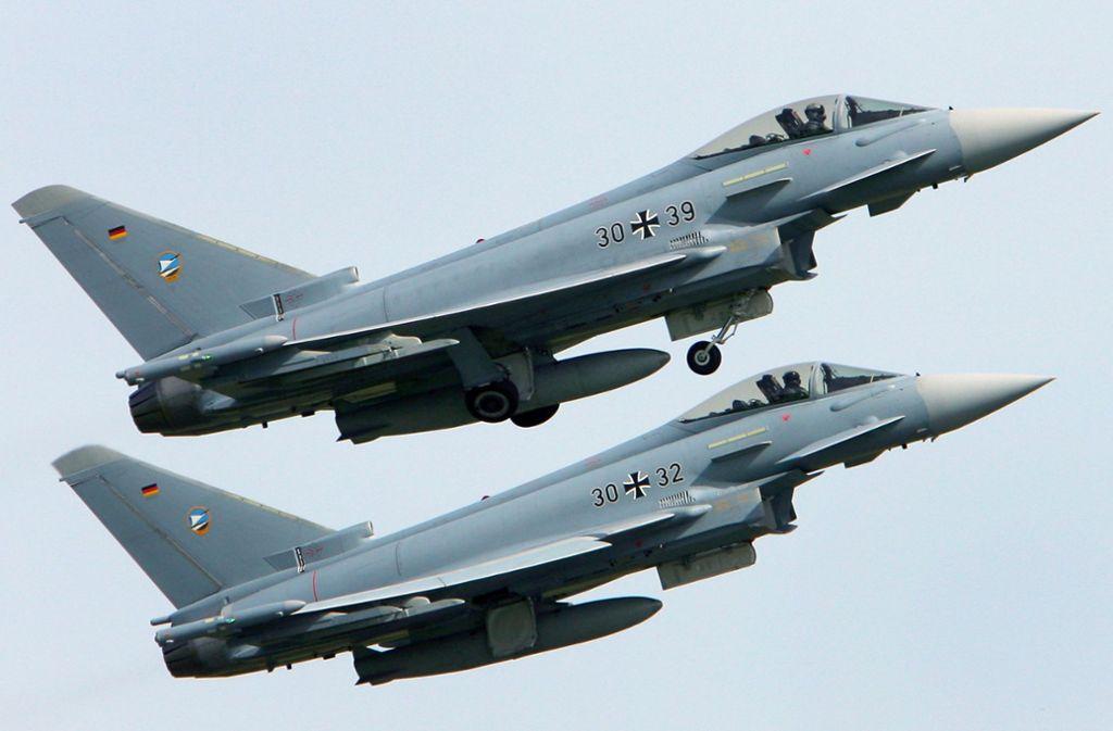Zwei Eurofighter im Formationsflug (Symbolbild). Foto: Bernd Wüstneck/dpa
