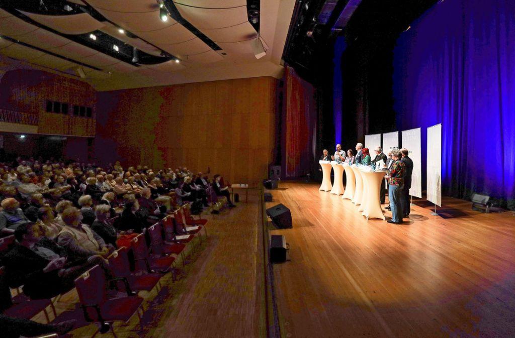 Vor vollem Haus in der Leonberger Stadthalle ringen die Lokalpolitiker um die Zukunft Leonbergs. Foto: factum/