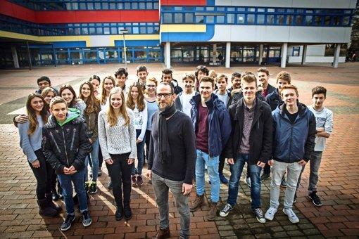 """Der Verbindungslehrer Dominik Braun (Bildmitte, mit Schal) wurde von seinen Schülern mit der Nominierung zum """"Stuttgarter des Jahres"""" überrascht. Foto: Lichtgut/Achim Zweygarth"""