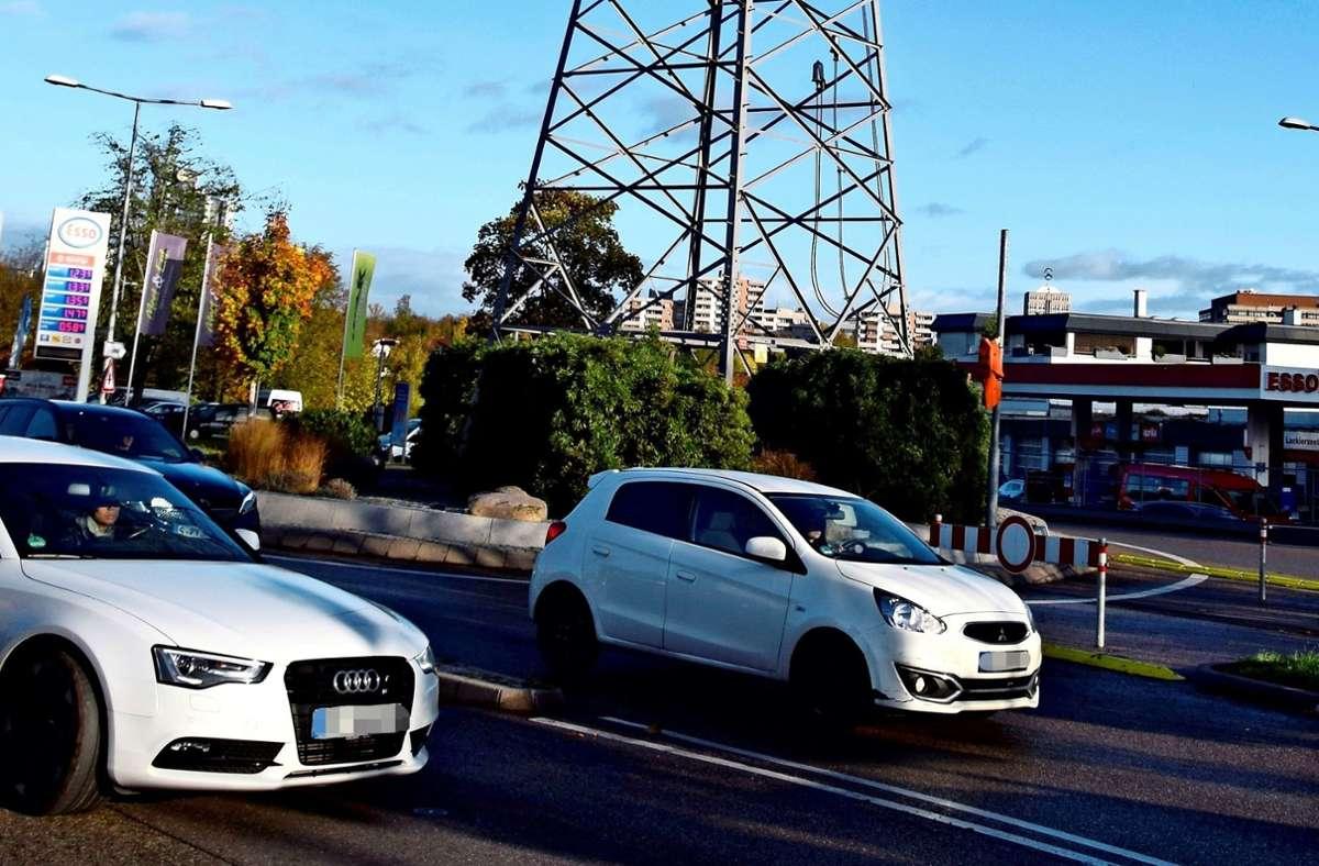 Seit dem Umbau im vergangenen Herbst können Autofahrer, die von der B27 kommen, nicht mehr direkt in der Kreisverkehr am Schelmenwasen einbiegen. Foto: Alexandra Kratz