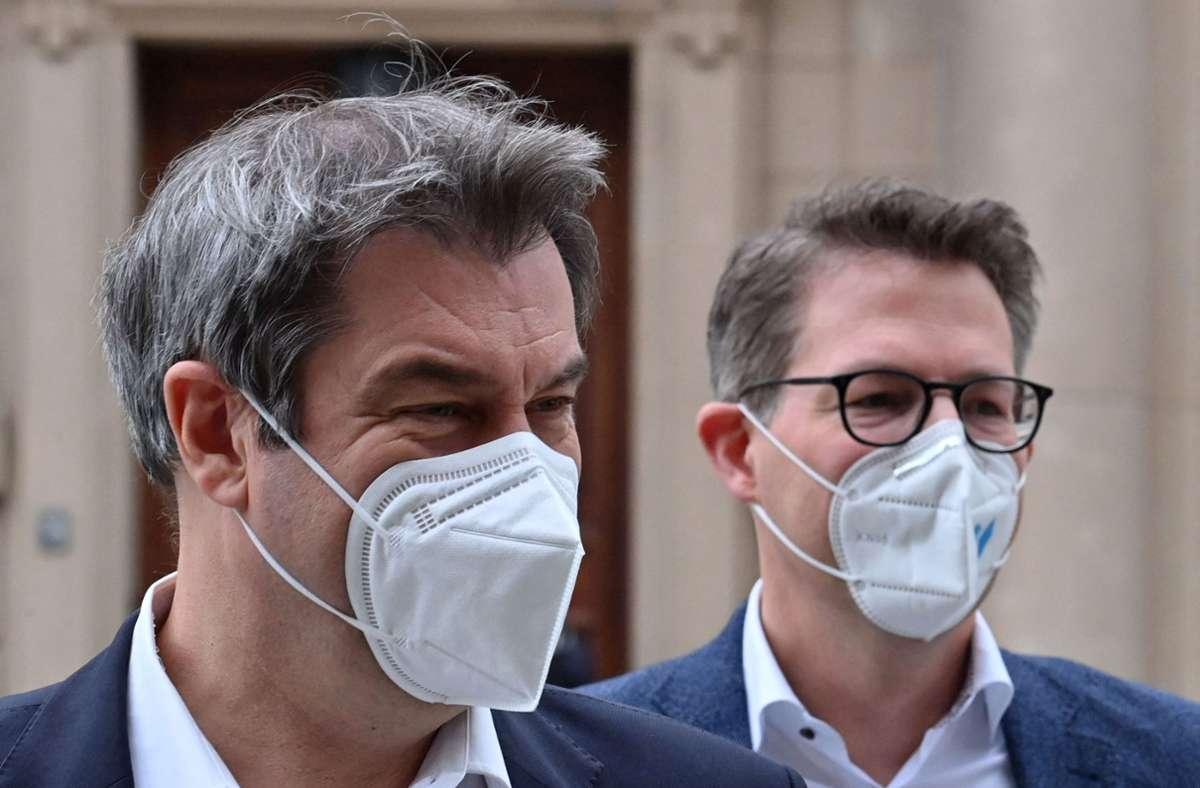 Für CSU-Generalsekretär Markus Blume (rechts) war Markus Söder (links) der Kandidat der Herzen. Dennoch stellt er sich nun hinter Armin Laschet. (Archivbild) Foto: AFP/JOHN MACDOUGALL