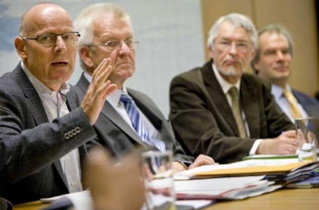 Kritik an der Neubaustrecke: Winfried Hermann, Winfried Kretschmann, Karlheinz Rößler, Martin Vieregg (von links). Foto: Steinert