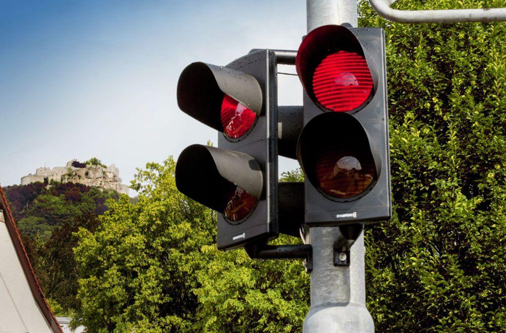 """Weil die modernste Ampel der Welt  in Neuffen auf ein grünes Licht verzichtet, spart sie zusätzlich Strom. Licht aus bedeutet """"fahren"""" für die Verkehrsteilnehmer. Foto: Horst Rudel"""