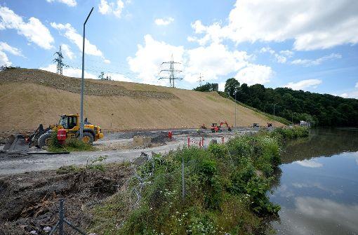 Die Baustelle für die geplante Schiffsanlegestelle am Neckar zur Überführung von Castoren, aufgenommen am 20.06.2016 vor dem Gemeinschaftskernkraftwerk in Neckarwestheim. Foto: dpa
