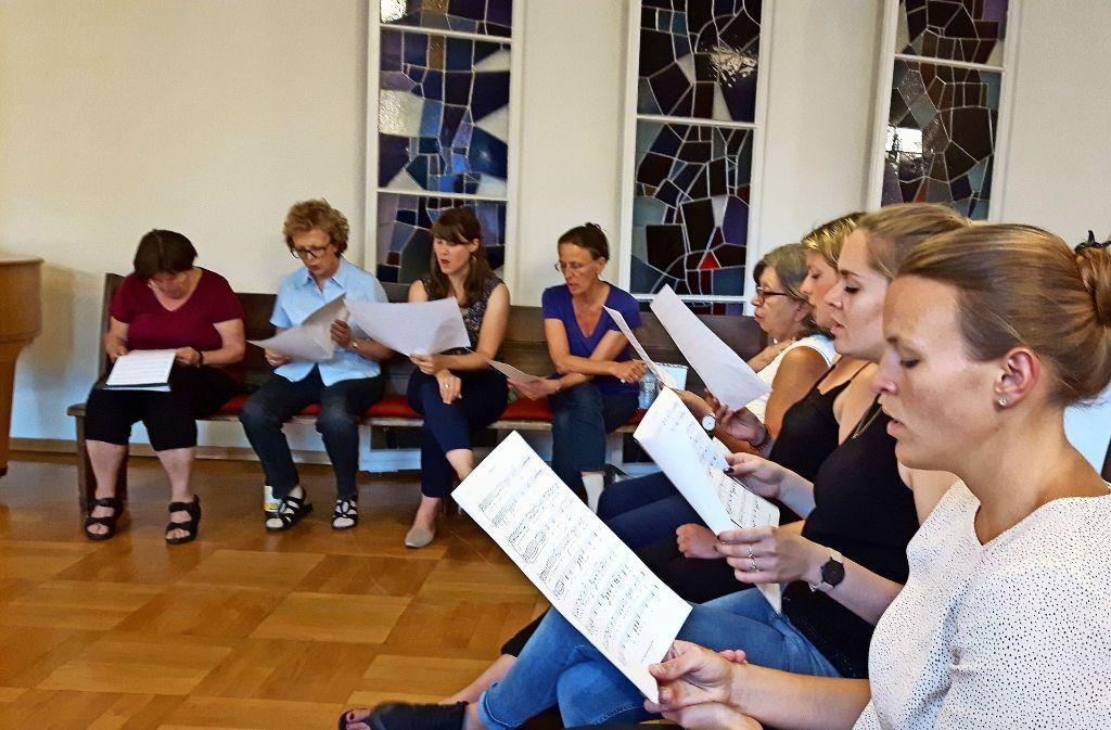Chorprobe in der Martinskirche: Erst kommt das Einsingen, dann geht es richtig los. Foto: Eva Funke
