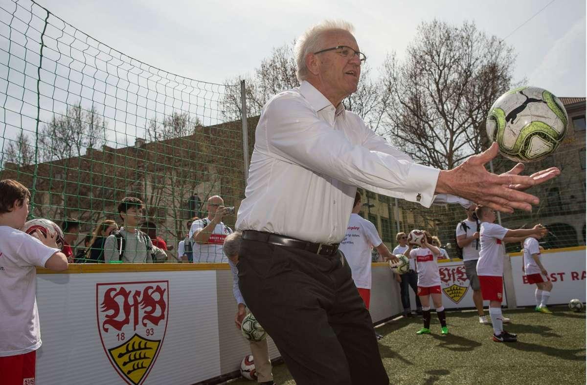 Ministerpräsident Winfried Kretschmann gratuliert dem VfB Stuttgart zum Aufstieg. Foto: Leif Piechowski/LICHTGUT