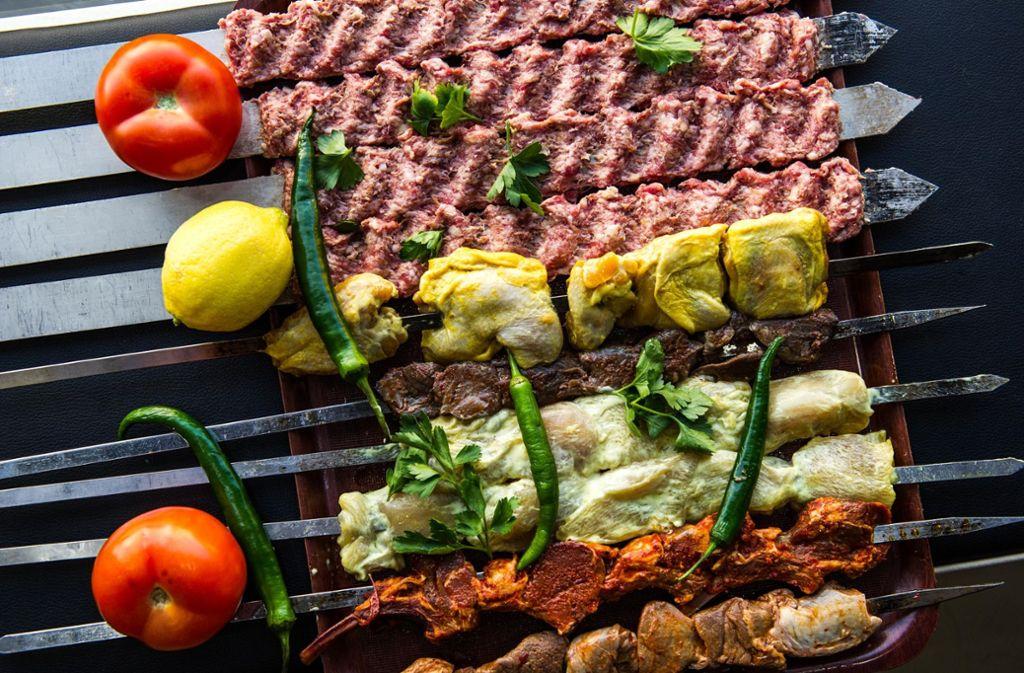 In Cengiz Grilland landen jede Menge Spieße auf dem Grill. Außerdem kommen Fisch und Fleisch in Form von  Steaks und Filets auf die Teller. Foto: Lichtgut/Max Kovalenko