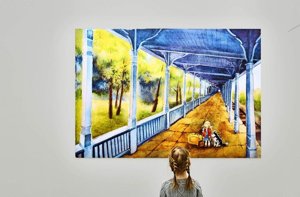 Das Bild an der Wand erzählt die Geschichte, wie die Illustratorin  Ilon Wikland als Kind am Bahnhof in Haapsalu ankam. Foto: Schmid