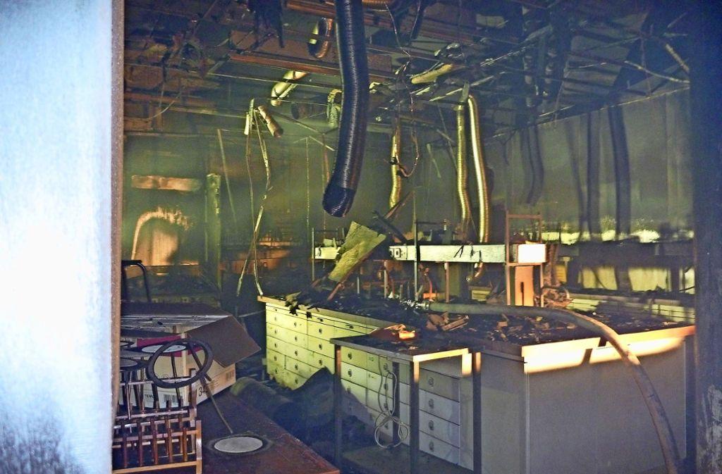 Der Rauch hängt in dem völlig zerstörten Fachklassenraum. Szenen des Einsatzes vor dem Gebäude. Foto: Freiwillige Feuerwehr Ditzingen