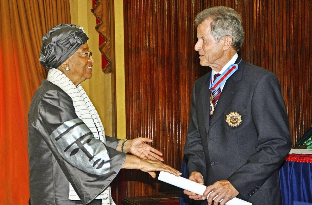 Präsidentin Ellen Johnson Sirleaf  überreicht Foto: Rudel
