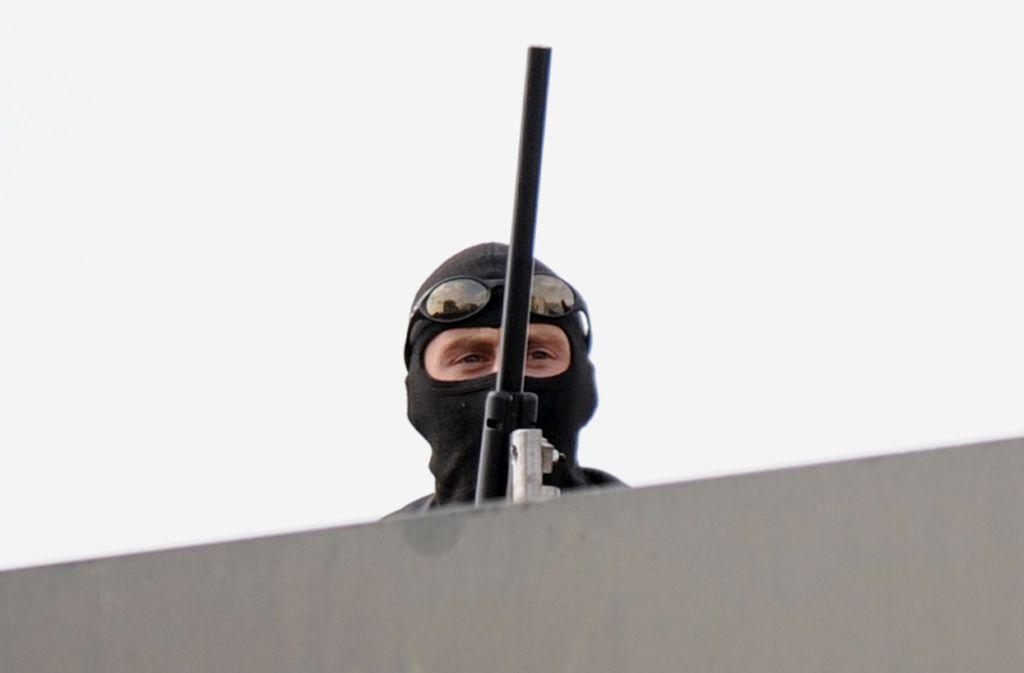 In Leimen entdeckten Bürger einen vermeintlichen Scharfschützen auf dem Dach. (Symbolbild) Foto: dpa/A3471 Boris Roessler