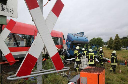Elf Verletzte bei Zusammenstoß von Lkw mit Zug
