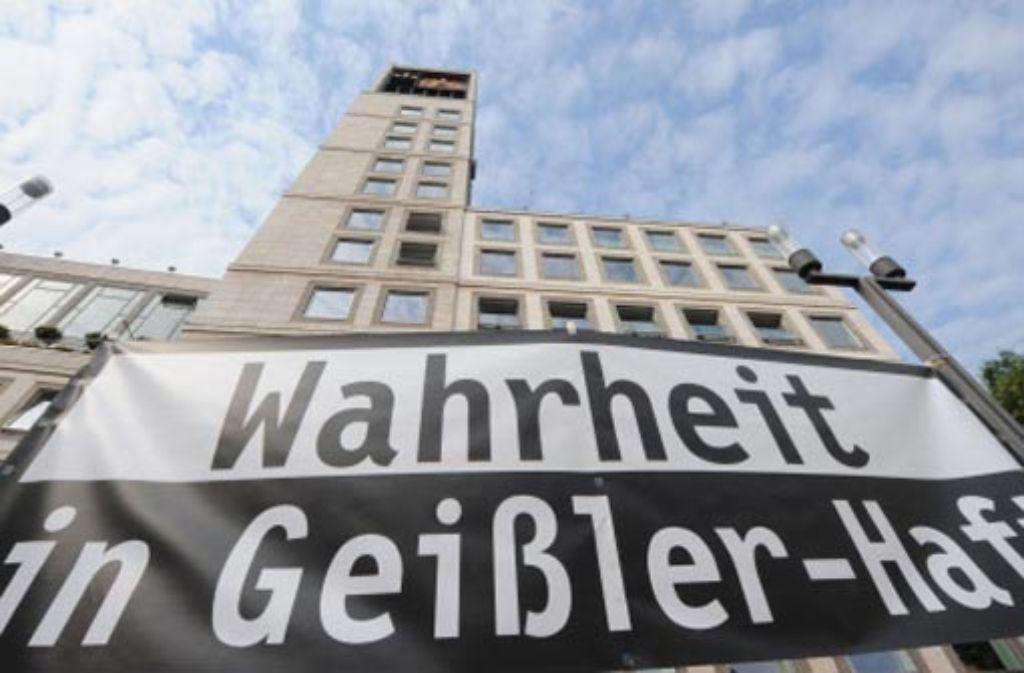 Mit einem Banner demonstrieren S-21-Gegner gegen den Vermittler im Streit um das Bahnprojekt Stuttgart 21. Foto: dpa