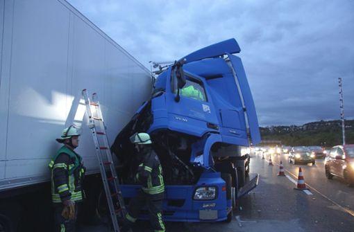 Laster-Unfall auf dem Standstreifen der A 81