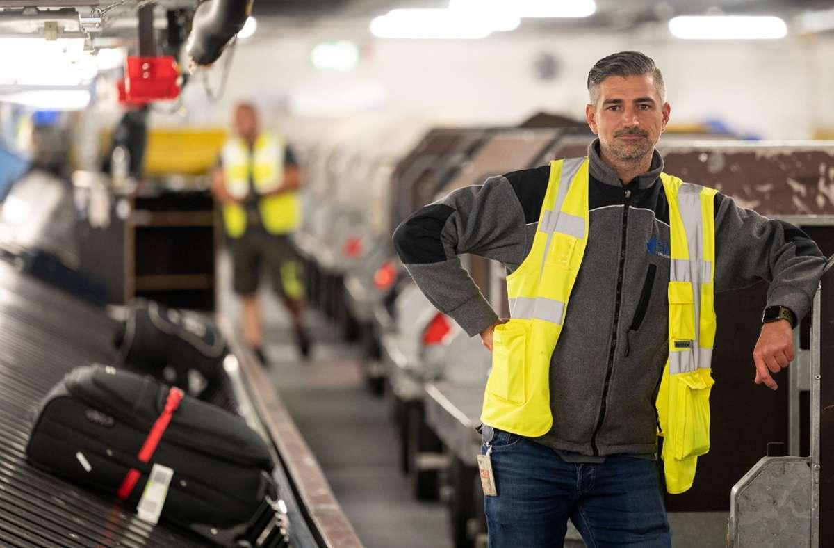 Manfred Grempels, Betriebsleiter des Gepäckbereichs und der Transportdienste, steht im Gepäckverteiler des Flughafen Stuttgart. Foto: dpa/Marijan Murat