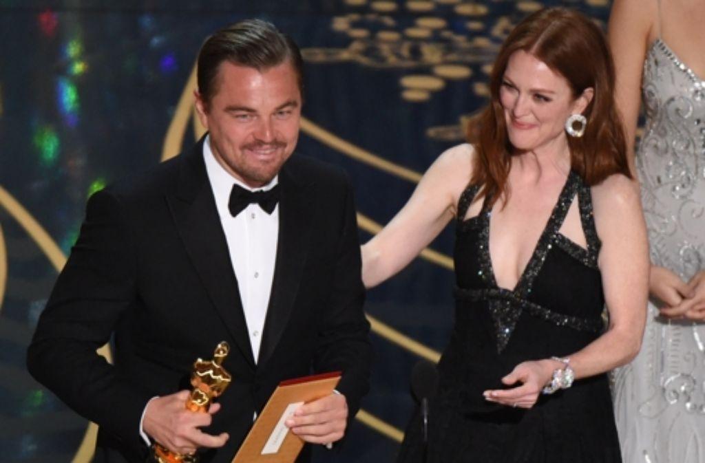 Es hat geklappt: Leonardo DiCaprio bekommt den Oscar als bester Hauptdarsteller. Neben ihm Schauspielerin Julianne Moore. Foto: AFP