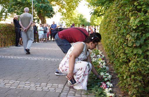 Hunderte legen Rosen für getöteten Arzt nieder