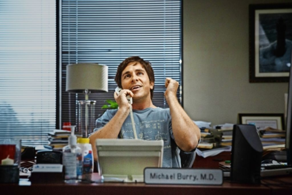 Michael Burry (Christian Bale) spielt mit der Finanzkrise. Foto: Verleih