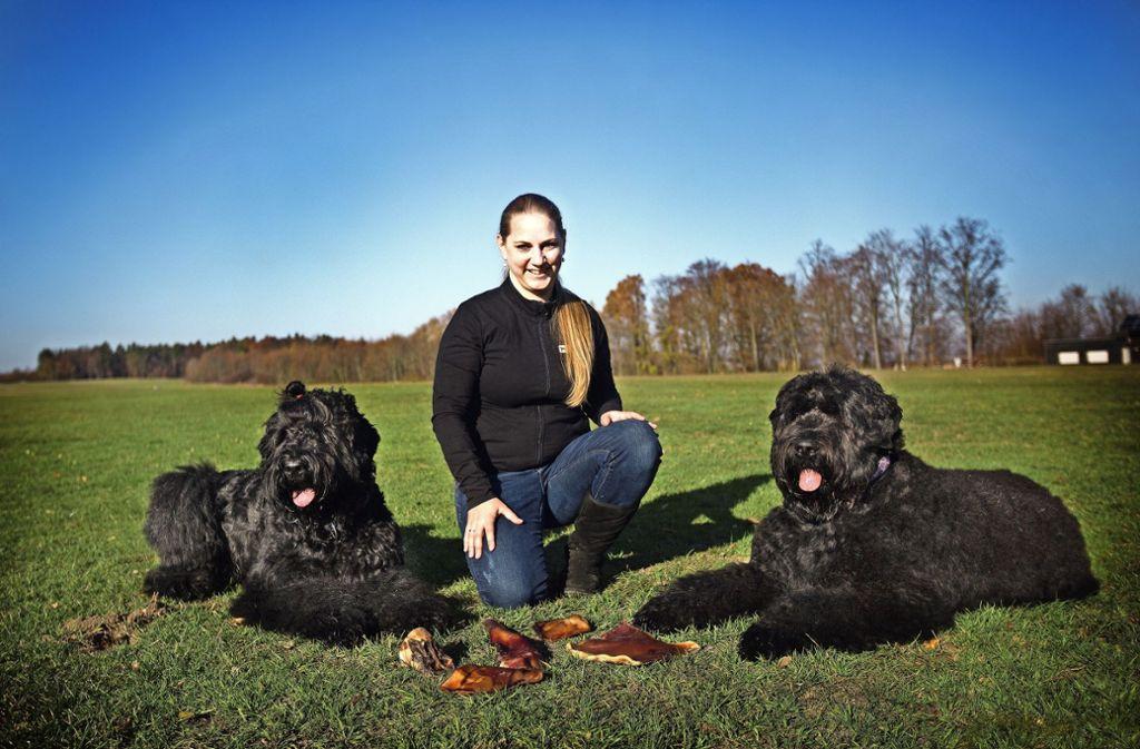Die 32-jährige Sina Gieras vertreibt naturbelassene Kausnacks und Leckerli für Hunde. Die Vortester sind ihre beiden Hunde Frieda und Ella. Foto: Ines Rudel