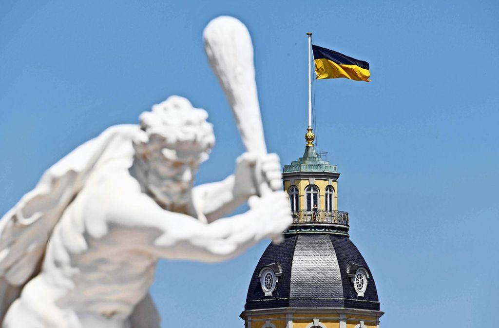 Dass auf de, Schlossturm in Karlsruhe die Landesflagge von Baden-Württemberg wehte, und nicht mehr die badische Landesflagge, hatte im badischen Landesteil für Unmut gesorgt. Foto: dpa