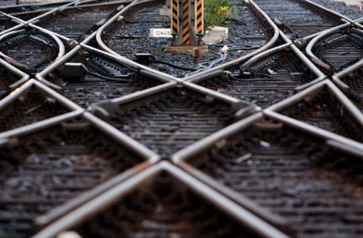 Schlafender Mann gefährdet Bahnbetrieb – und sich selbst
