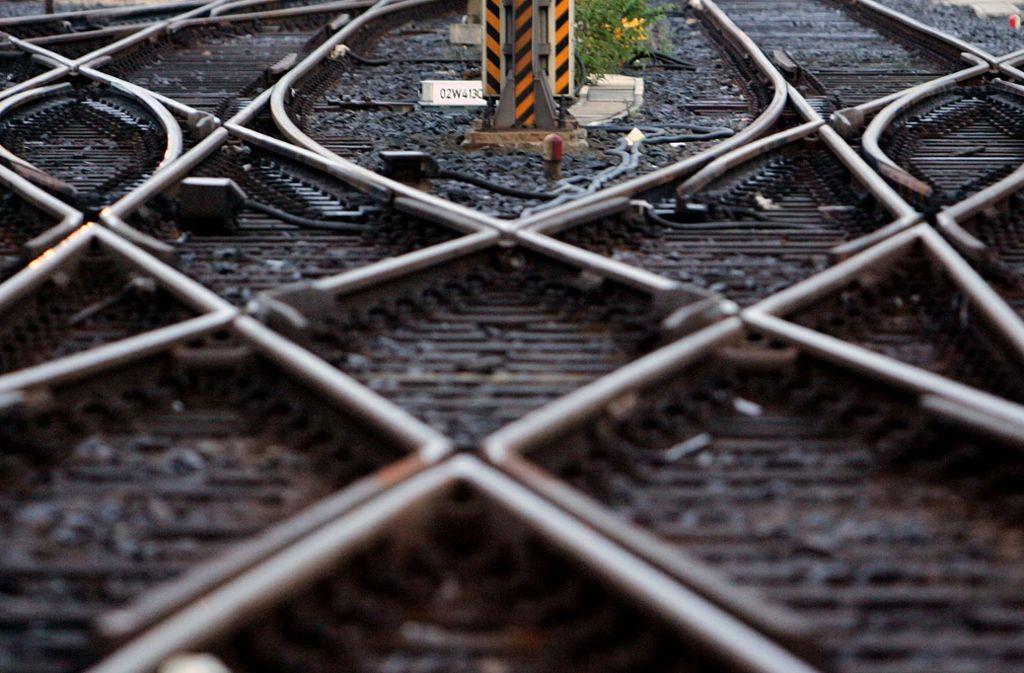 Ganz schön gefährlich: Die Beine des Mannes hingen in den Gleisbereich (Symbolbild). Foto: AP/MICHAEL PROBST