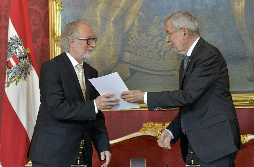 Alexander Van der Bellen (rechts) übergibt Walter Pöltner ein Dokument bei der Vereidigung der neuen Minister in der Präsidentschaftskanzlei Foto: dpa