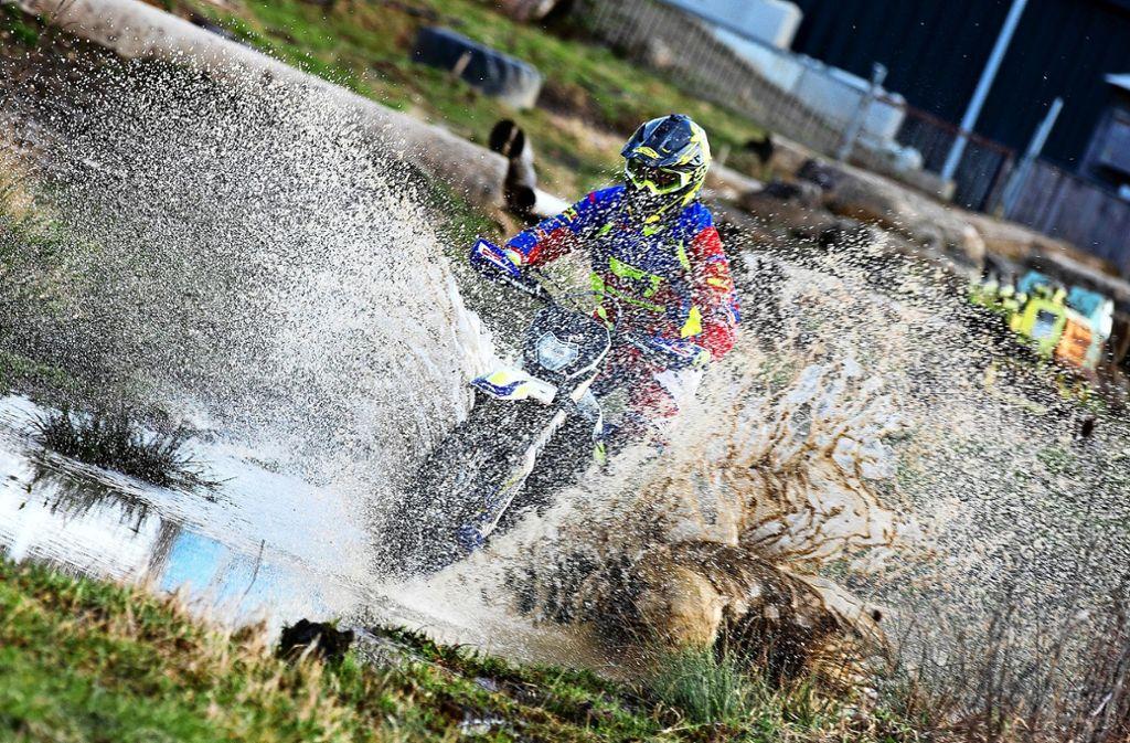 Wenn Schlamm spritzt und Wasser schäumt, dann sind die Motocross-Sportler in ihrem Element.  Gleichzeitig sichern sie den Lebensraum der  Gelbbauchunke. Foto: Horst Rudel