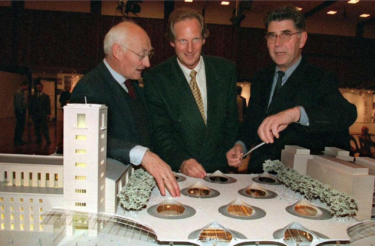 Der Juryvorsitzende Klaus Humpert (links) 1997 mit dem damaligen OB Wolfgang Schuster und  Bahnaufsichtsratsvorsitzenden Heinz Dürr mit dem Modell des Ingenhoven-Entwurfs Foto: dpa