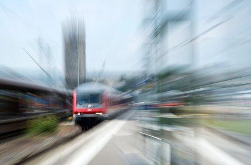 Mann fährt bei 160 km/h auf Trittbrett mit