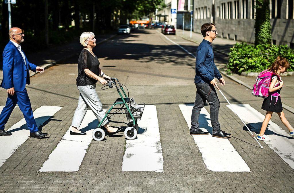 Ein Minister, eine Seniorin, ein Blinder und ein Kind – alle sollen sicher über die Straße kommen. Foto: dpa