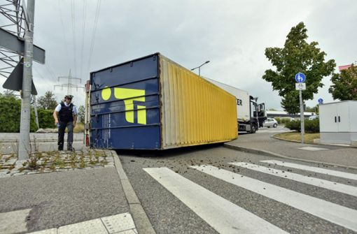 20-Tonner kippt im Kreisverkehr um