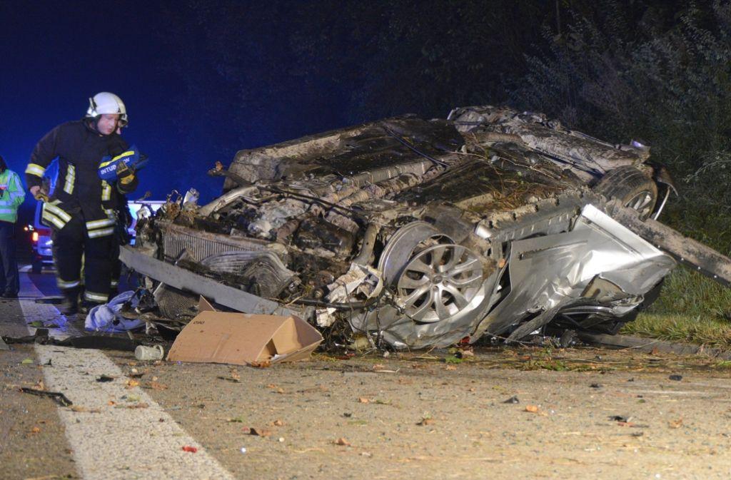 Feuerwehrkräfte bergen auf der A7 bei Heidenheim das Fahrzeug der verunglückten Familie. Foto: dpa