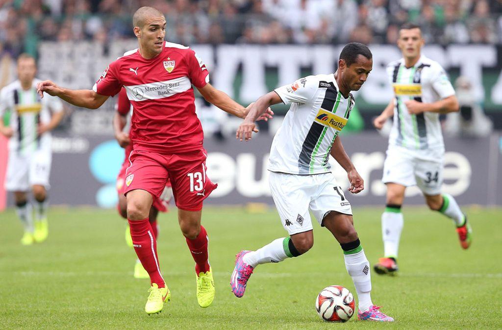 Gladbachs Raffael (re., gegen Oriol Romeu): Der Brasilianer fühlt sich gegen den VfB Stuttgart besonders wohl und trifft mit schöner Regelmäßigkeit. Für das Spiel am Samstag fällt der Offensivmann mit einer Wadenzerrung aus. Foto: Baumann