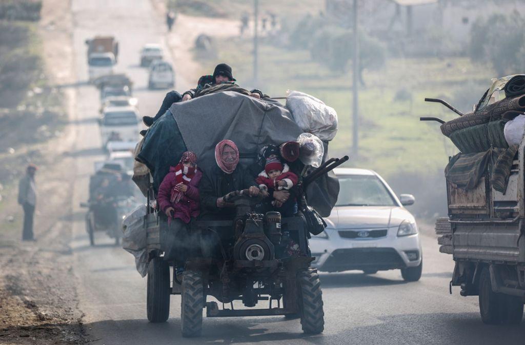 Syrer verlassen mit ihren Habseligkeiten Idlib. Denn: Die vereinbarte Deeskalationszone für das Rebellengebiet in Syrien scheint zu zerfallen. Foto: picture alliance/dpa/Anas Alkharboutli