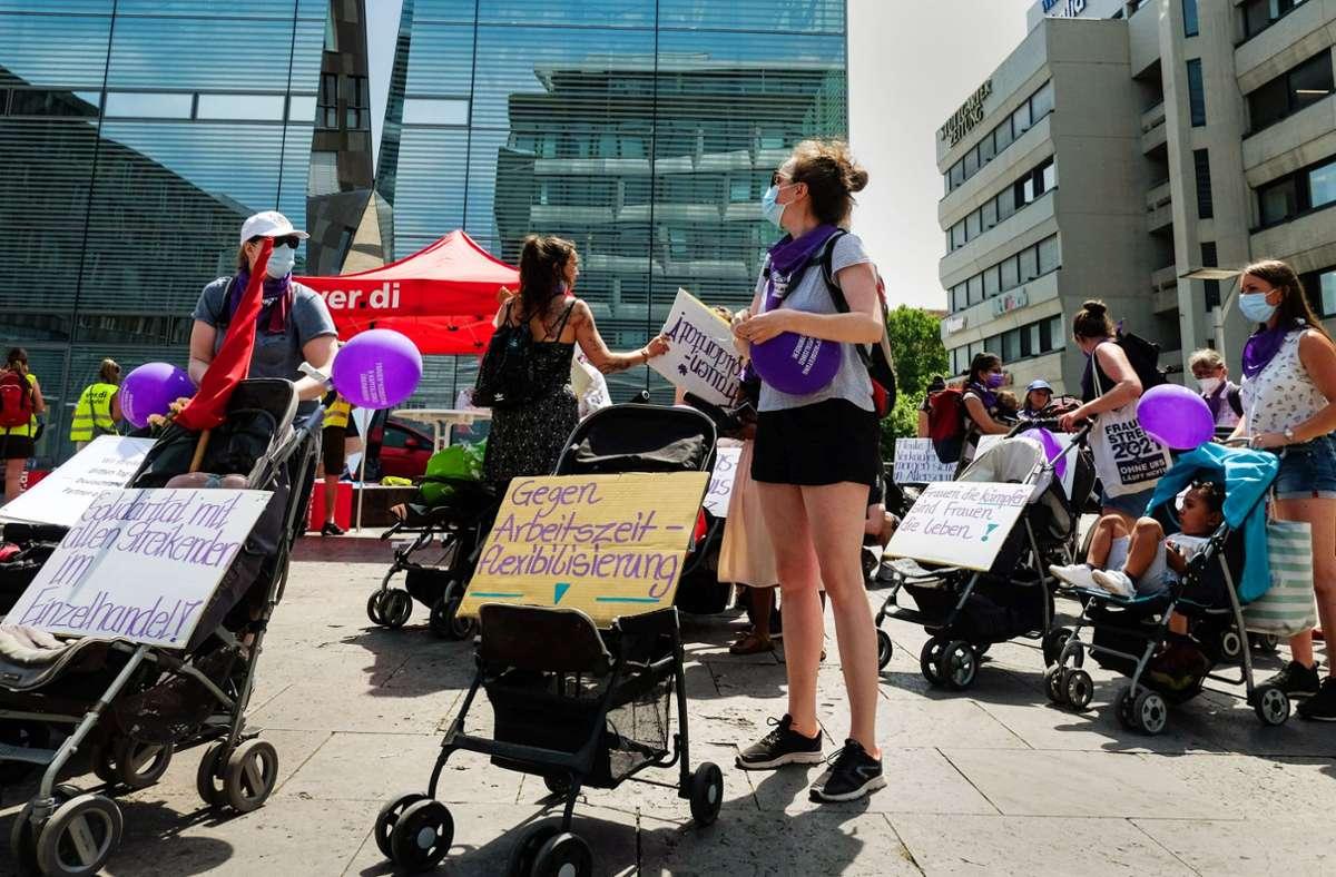Mitglieder der feministischen Gruppe protestieren mit Buggys und Kinderwagen gegen schlechte Bezahlung. Foto: Lg/Kovalenko