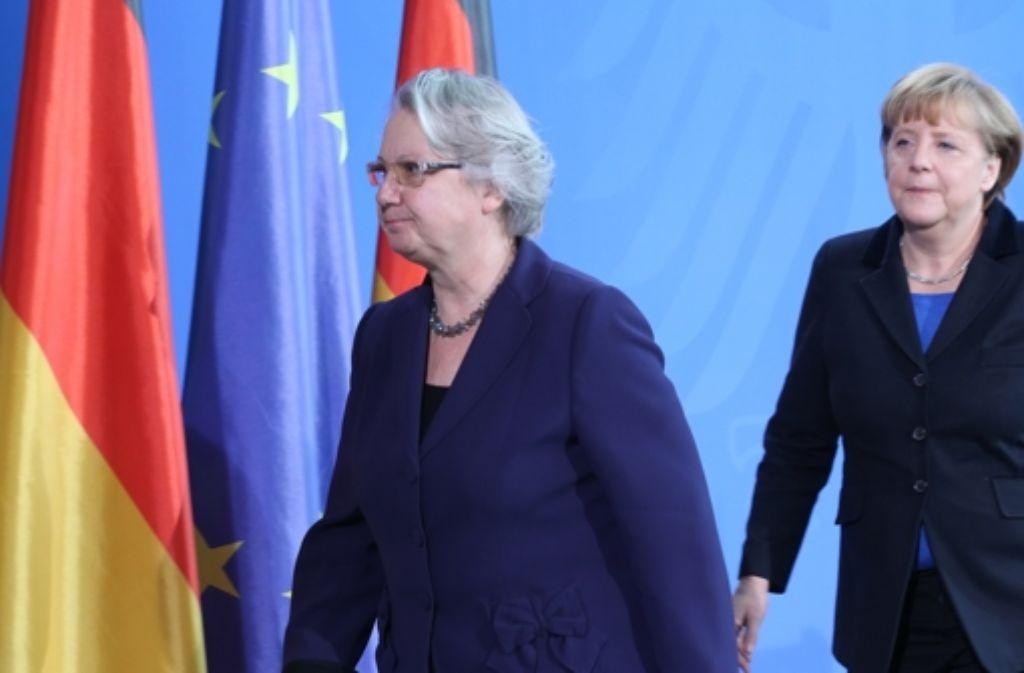Annette Schavan nach ihrer Rücktrittserklärung zusammen mit Bundeskanzlerin Angela Merkel. Foto: dpa