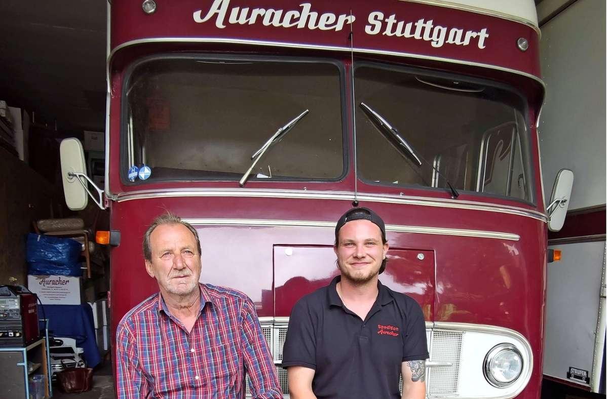 Vater Felix und Sohn Sebastian Auracher nutzen ihren Oldtimerlaster   weiterhin. Foto: K. Wesely