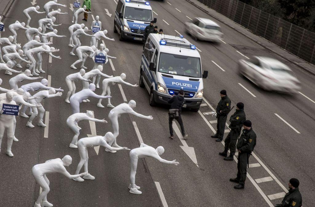Die Umweltorganisation Greenpeace hat im Februar am Neckartor gegen die Schadstoffbelastung durch den Autoverkehr demonstriert. Foto: Lichtgut/Leif Piechowski