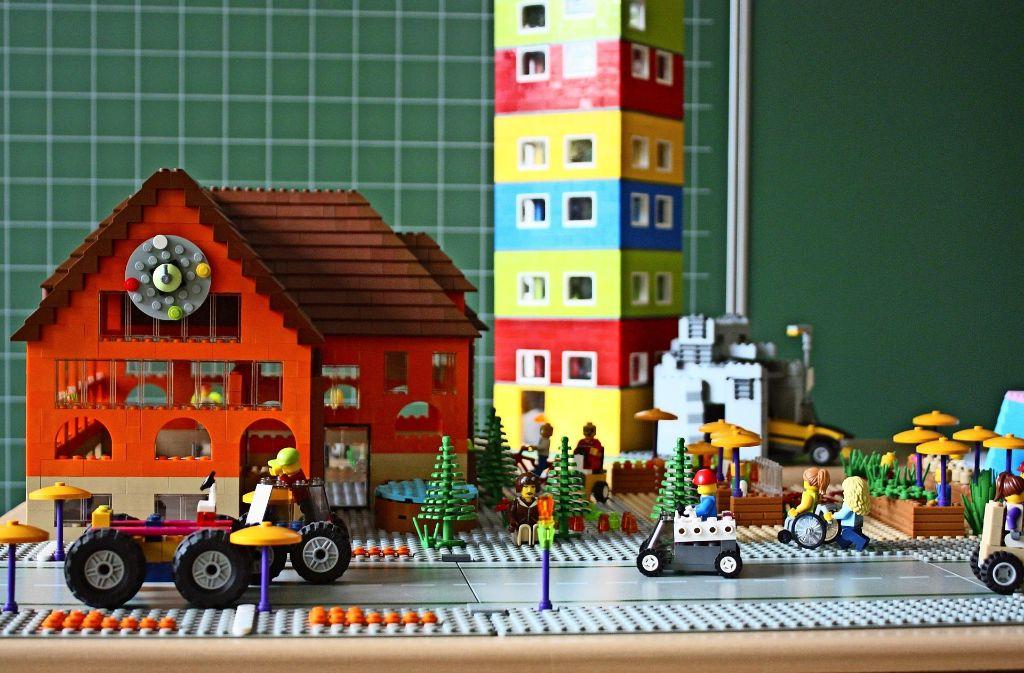 Das Vaihinger Rathaus mit der großen Uhr und die Hochhäuser im Lauchhau sind nur zwei von zahlreichen Lego-Modellen der Pestalozzi-Grundschüler. Foto: Christoph Kutzer