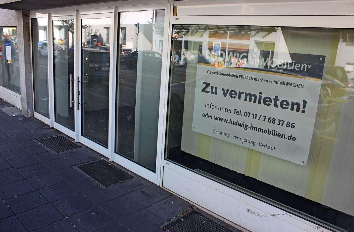 In Stuttgart gibt es viele leer stehende Räume in bester Lage. An der Unterländer Straße beispielsweise wird ein Mieter für die ehemalige Postbank-Filiale gesucht. Foto: Bernd Zeyer